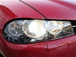 とてもキレイなヘッドライト♪くもりやくすみもありません♪ヘッドライトがキレイだと車のイメージがグッと良くなりますよ♪純正HIDライトで夜間も明るく照らしてくれます♪