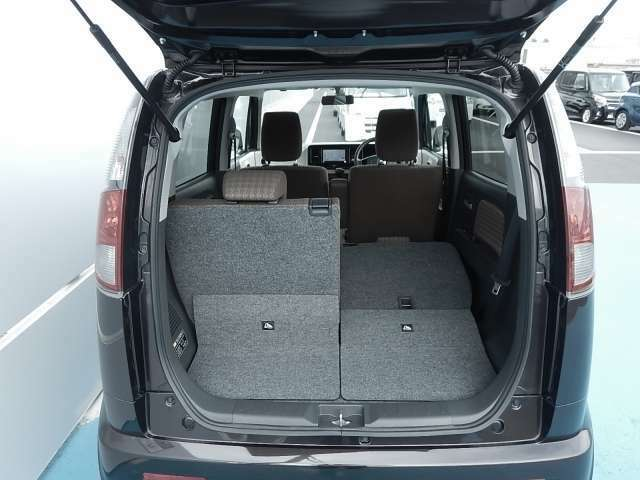荷物を積むときは、片方だけ後部座席を倒す事も可能ですよ☆