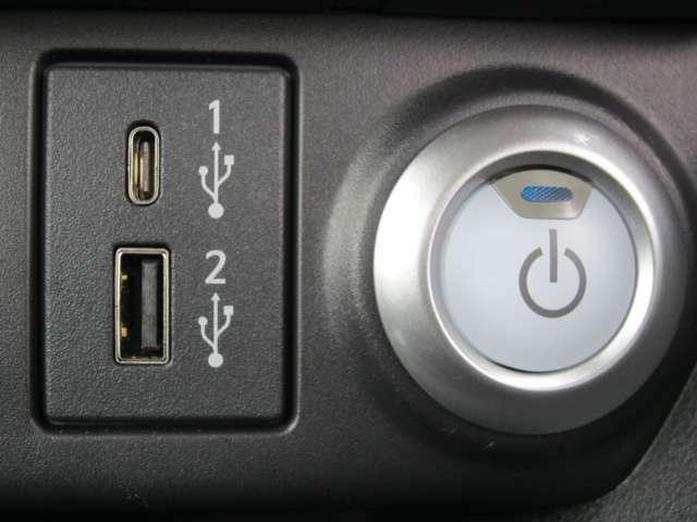 前席にUSB電源ソケットがAタイプ1個Cタイプ1個付です。