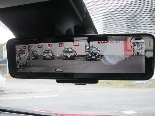 ルームミラー上に車両後方カメラの映像を映し出すことで車内の状況、天候に影響を受けずに後方視界が得られます。
