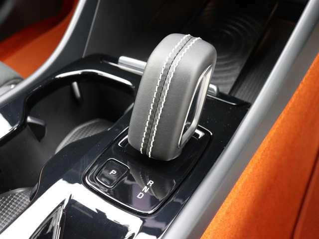 本革巻シフトノブ、サイド部分にパーフォレーテッド・レザーを使用した本革巻/シルクメタル・ステアリングホイール、アルミニウム・スポーツペダルやパドルシフトなどのR-Design 専用装備を搭載します。