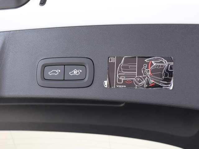 ダッシュボードとテールゲートに設置されたボタンを押すだけで、テールゲートが自動で開閉。また、リアバンパー下で足を動かす事で開閉できる、ハンズフリー・オープニング/クロージング機構も搭載します。