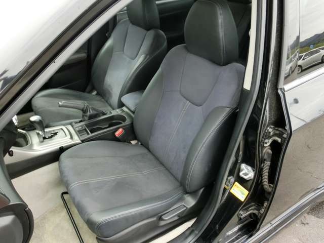 助手席側足元スペースもしっかり確保されていますね