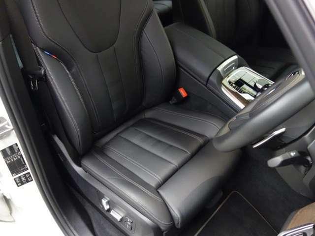 電動シートはメモリー機能付きです。2パターンのシート位置とサイドミラーの位置を記憶します。しかも鍵ごとに記憶してドアロックを開けると自分のシート位置に自動で動きます。