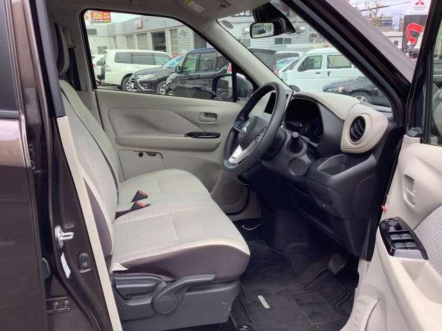 運転席、助手席のシートバッグはきれいな状態です。