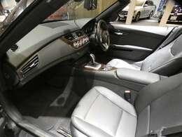ブラックを基調とした車内にバール・ウォールナット・ウッド・トリムを組み合わせた上質で、スポーティーな雰囲気を演出したインテリアです!