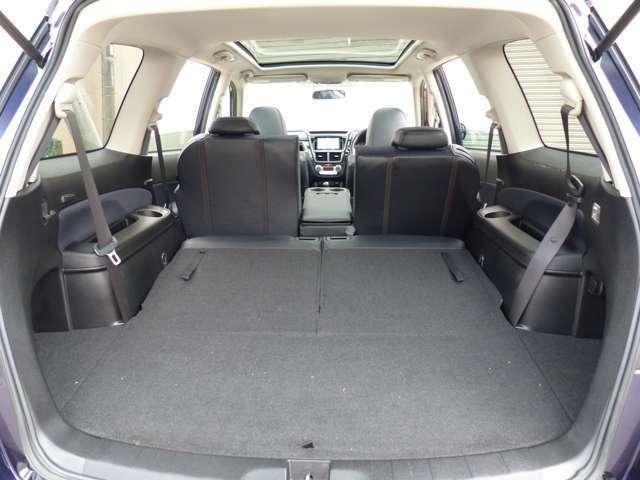 サードシートはワンタッチで格納できて、大きなスペースができます