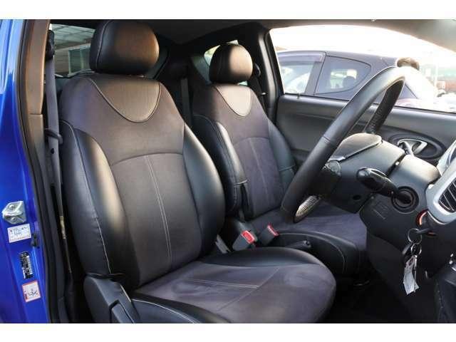 運転席シート:シートサイドに本革、シート中央にスエードが採用された豪華なシートです♪スエード素材のおかげでポジションが滑る事もなく運転もしやすいですよ~♪