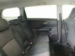 フロントシートバックをスリム化&深くカーブさせることで、セカンドシートの足元スペースを拡大しました。