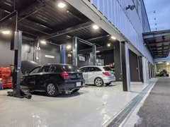 店舗に認証工場を設置、また大阪市にPDIセンターを運営しています。ご購入後の整備や車検等のメンテナンスも安心です。