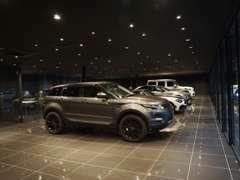 広大な展示スペースに輸入車を展示しています。