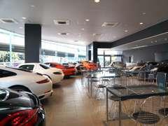輸入車販売店の常識にとらわれない高級感溢れるお車の展示空間を演出しています。