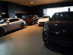 開放感に溢れるショールームでお車をご覧いただきながら、お気に入りの1台をお選び下さい。