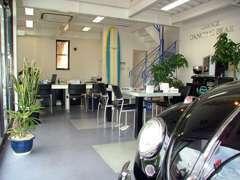 オシャレで清潔感のある商談スペースにサーフボードなど遊び心が見える店内です。