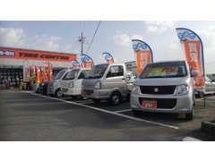 駐車場には大展示場があり、じっくりとお車をご覧戴けます!!