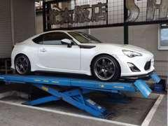 大型リフト完備!車検・修理・整備・チューニング・板金などお車の事ならおまかせ下さい!国産車~輸入車幅広く対応致します