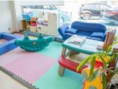キッズスペースも完備しております。お子様と一緒にご来店いただいてもくつろげる空間です。