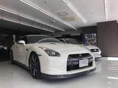 展示されるお車はいつもピカピカに仕上げてお客様のご来店をお待ちいたしております!
