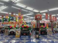 店内には、新車デモカー、届出済未使用車がズラ~リ!店舗室内に展示場がございますので、ごゆっくり愛車選びをして頂けます☆