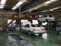 当社自慢の民間車検指定整備工場の風景です。