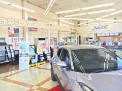 店内には新車の展示も行っております!店内の作りは意外と大胆なデザインでよく驚いていただけます(^o^)♪