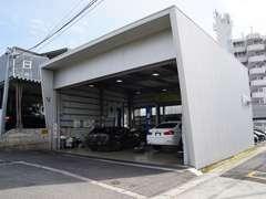 ショールーム横にサービス工場を設置。ご購入後の整備や車検等のメンテナンスも安心です。