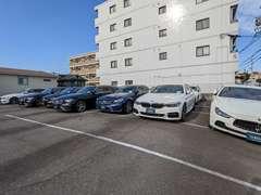 店舗近隣に第二展示場を展開し、豊富な種類の輸入車をラインナップしております。