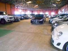 屋内展示場です。商品車は全台、専属スタッフにより外装仕上げ、ルームクリーニングされいつも綺麗な状態で展示しております。