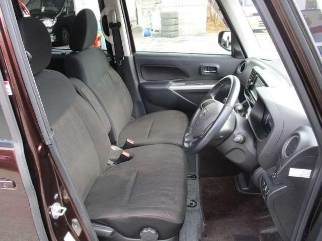 フロントシートはベンチタイプで広く、助手席からの乗降りも楽々です。