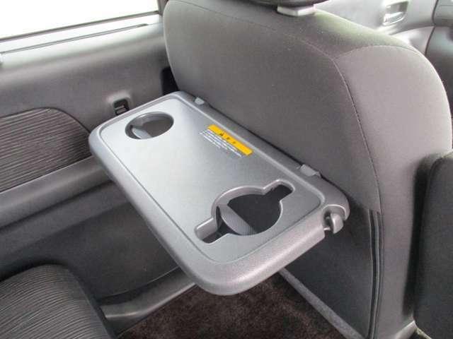 お子様がいらっしゃるご家庭にぜひご利用いただきたいシートバックテーブル。車内でのお食事も楽しくなりますよ。