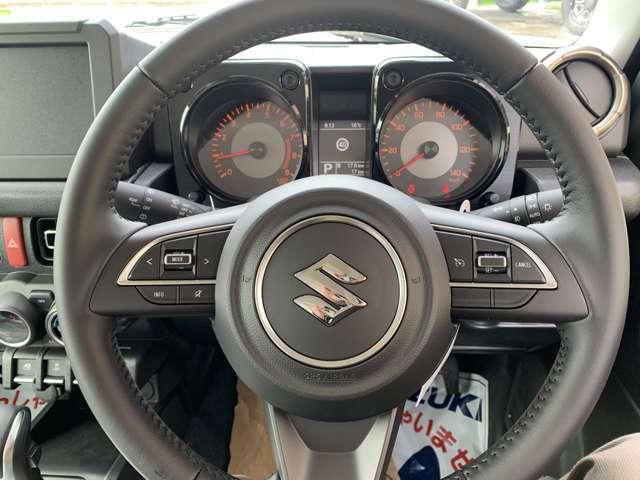 ☆本革巻きステアリング☆右側には、クルーズコントロールスイッチ!高速運転も楽々です♪左側には、オーディオスイッチ!走行中の操作もハンドルから手を放さず操作できるので、安心です!