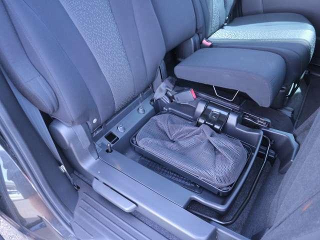 シートの下にはこんな場所もあるんです!靴を入れたりするのもいいのではないでしょうか?