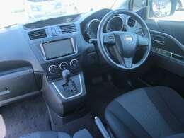 黒を基調とした落ち着いた運転席です。視界も広いので運転中のストレスも軽減されます!