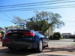アウディ A5カブリオレ 2.0 TFSI クワトロ 4WD ブルーボディ&グレーレザー