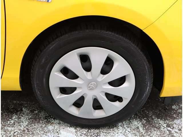トヨタ純正のホイールキャップのデザインになります♪タイヤサイズは、15インチです(*'▽')
