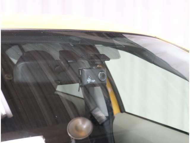 ここ最近ドライブレコーダーの装着率がグググン!!っと上がっておりますよね。こちらのお車は、既に装着されております('◇')ゞもちろんこれから装着をお考えのお客様もお気軽にご相談下さいませ(^^)/