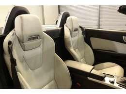 綺麗な状態の維持された、クリスタルグレーレザーシート。シートヒーター、エアスカーフなど多機能設計でカーライフをサポートします。
