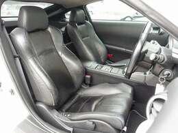 バージョンT標準装備の黒革シートは、電動にて調整可能なパワーシートにシートヒーター完備。ご希望に応じてRECARO製やBRIDE製などのスポーツシートもお得な金額にてお取り付け可能となります
