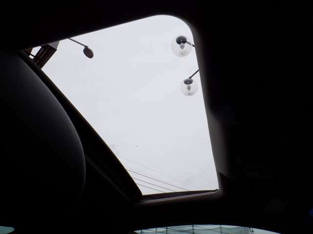 電動サンル-フ装備!車内の空気の入れ替えや空の景色など鑑賞しながらのドライブが可能ですね♪