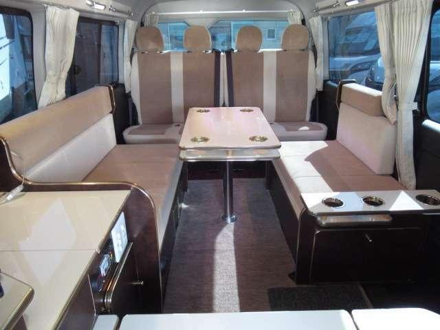 後席は横座り対面シートと前向き4人掛けシートが装備されております!