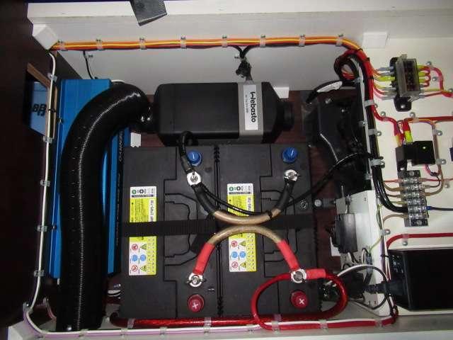 ツインサブバッテリー、走行充電、外部充電、外部電源、1500Wインバーター装備しております!