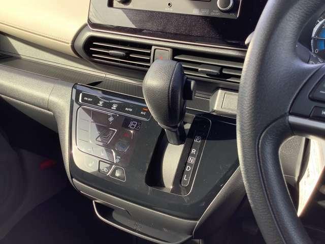 インパネCVT。タッチパネル式フルオートエアコン。凹凸が少ないのでお掃除がラクラク!