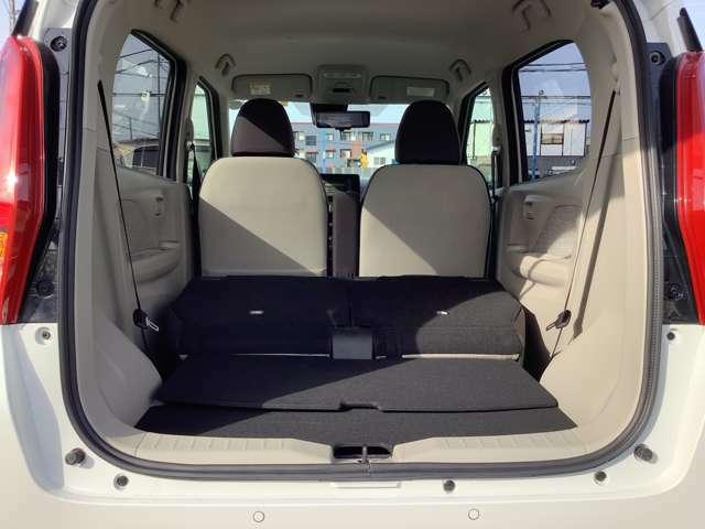 リアシートを倒した状態の荷室です。リクライニングレバーが座席の肩部分についてるので荷室側からでも操作しやすく軽い力で倒せます!