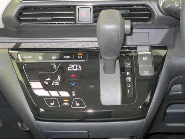 操作性のよいシフトレバーと、スマートフォン感覚で操作できるエアコンのタッチパネル。
