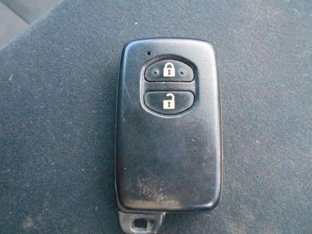 スマートキーシステム付。鍵を持っていればドアロック・解除が楽チンです。毎回鍵を出す手間もなくなりますね。悪天候時には特に重宝します。お問い合わせは0120-27-1190★
