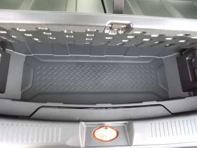ラゲッジボード下には取り外し可能なラゲッジアンダーボックスがありますよ☆水洗いが可能なのでレジャーで汚れた物の収納にも便利☆ラゲッジボードを外すとB型ベビーカーも立てた状態で収納もできますよ☆
