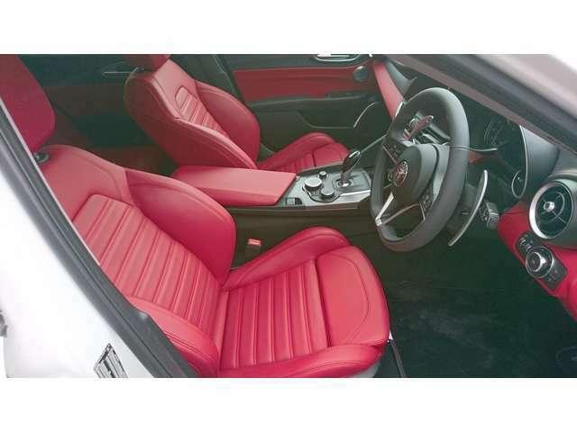 レッドのスポーツレザーシートが魅力的に車内を演出します
