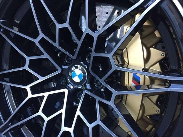 【Mカーボン・セラミック・ブレーキ・システム】耐摩耗性及び耐フェード性の優れ、傑出したブレーキング性能を実現☆ゴールドに仕上げられたMロゴ付キャリパーが強烈な個性を放ちます☆