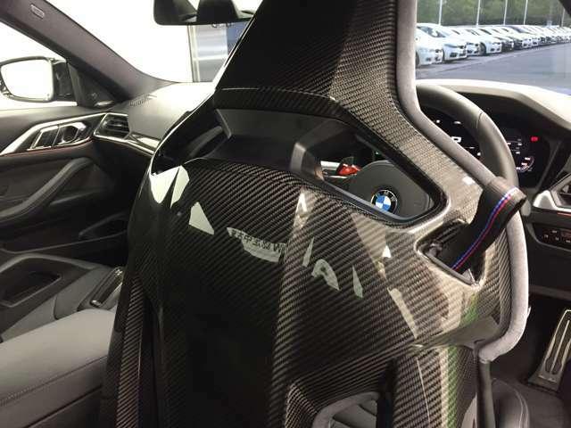【コックピットシート】BMW車の主役席。車体中央にくる様に配置し車両重心とが一致する事でドライバーと車との一体感あるドライビングを実現。人間工学に基づき形成した形状が長時間のドライブ疲労も軽減します!