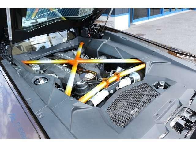 6.5L エンジン!ランボルギーニアヴェンタドールの走りをお楽しみください!エンジンルームのエンジンバーをカスタム塗装しております。各種ローン、残価設定ローン、年利2.9%~7.8%取扱いございます。